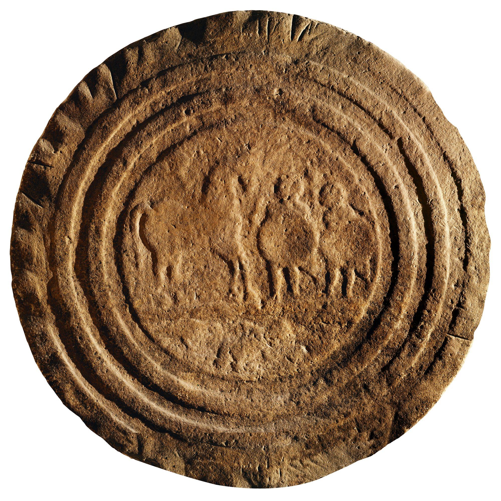 Estela de Zurita, con la imagen de dos guerreros cántabros. Siglo I a.c. Museo de Prehistoria y Arqueología de Cantabria, Santander.