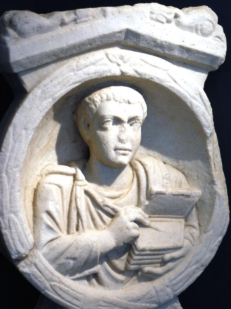 Escriba romano, con stilus y tabulae, representado en su estela funeraria, Flavia Solva, Noricum